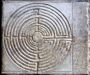Il labirinto all'ingresso delle cattedrale di Lucca