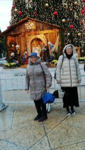 Le sindache Folloni e Baracchini di fronte al presepe allestito a Betlemme