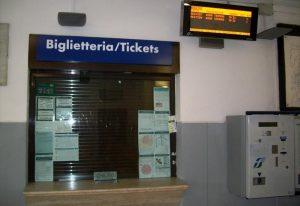 Una biglietteria di una stazione ferroviaria chiusa