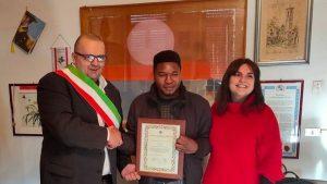 Josuwa Ero, premiato dal sindaco di Villafranca Filippo Bellesi alla presenza dell'assessore alla Cultura Alice Vietina.