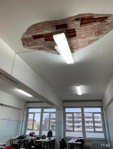 """Il soffitto crollato al liceo """"Pascoli"""" di Massa"""