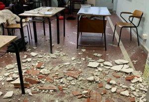 I calcinacci del soffitto nell'aula