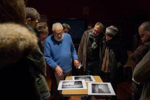 Leo Forte (al centro con il maglione azzurro) illustra alcuni dei suoi lavori