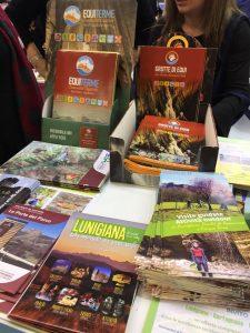 Guide e gadget turistici presenti nello stand della Lunigiana