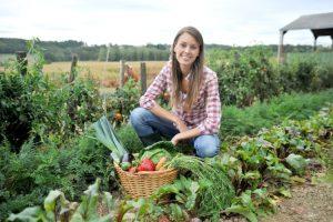 Una giovane agricoltrice