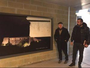 Il sindaco di Aulla, Roberto Valettini, e il vicesindaco Roberto Cipriani, di fronte ad uno dei pannelli danneggiati alla stazione di Aulla