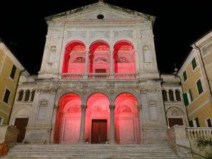 Il loggiato della Cattedrale di Massa si colora di rosso
