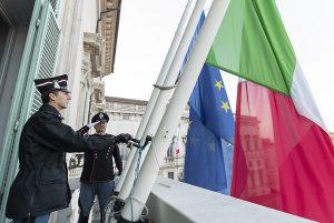 Roma, 31 marzo: le bandiere del Palazzo del Quirinale a mezz'asta in segno di lutto per le vittime del coronavirus