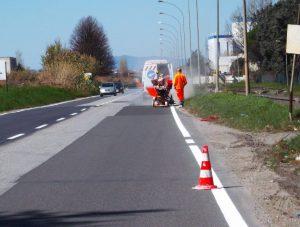Immagine d'archivio degli operai della Provincia impegnati nei lavori sulle strade