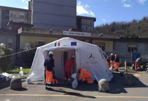 L'installazione della tenda pretriage di fronte all'ospedale di Pontremoli