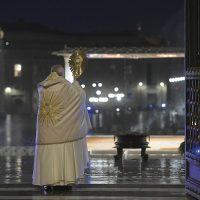 """Papa Francesco: """"Signore, non lasciarci in balìa della tempesta"""""""