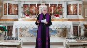 La preghiera del vescovo all'altare della Madonna in Cattedrale