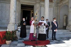 Il Vescovo Giovanni a Massa davanti all'ingresso della Cattedrale