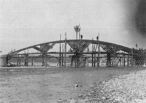La centina per la realizzazione di una delle cinque arcate del ponte.