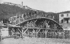 Operai in posa su una delle cinque arcate del ponte appena gettata.