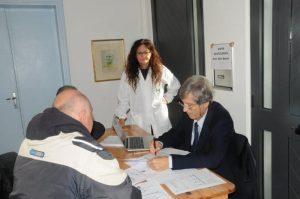 Nella foto: il professor dott. Ferruccio Bonino  assieme alla presidente dell'Ordine degli infermieri dott. Morena Fruzzetti in occasione di una giornata di prevenzione a Carrara