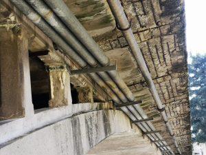 Particolare di come si presenta il ponte Zambeccari osservandolo da sotto