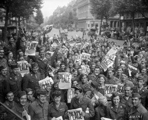 Militari alleati a Parigi celebrano il Giorno della Vittoria