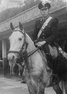 Emilio Musetti, in divisa da Carabiniere in servizio a Roma sul suo cavallo