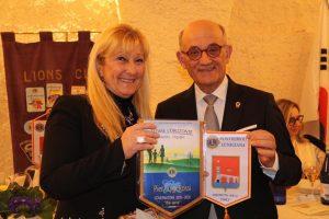 Roberta Pomo, presidente dei Lions Pontremoli-Lunigiana, assieme al Governatore Pierluigi Rossi.