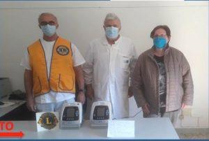 Il momento della consegna,da parte dei Lions, di due ventilatori polmonari all'Ospedale di Pontremoli