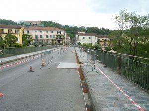 La carreggiata stradale e il marciapiede del ponte Zambeccari.