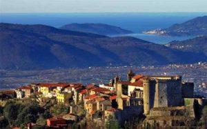 Un suggestivo panorama sulla Val di Magra con in rimo piano il castello di Fosdinovo.