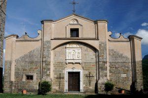 La facciata della Pieve di Viano nella valle del Lucido