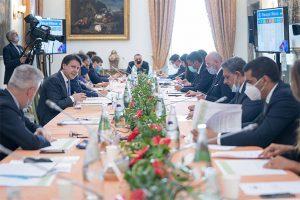 """Il tavolo di confronto agli """"Stati generali"""" convocati a Villa Pamphili a Roma"""