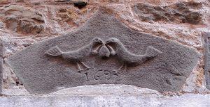 Particolari di portale in pietra datato 1692