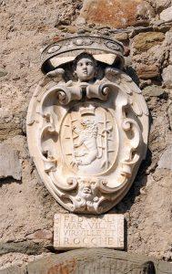 Sul castello lo stemma dei Malaspina dello Spino Secco