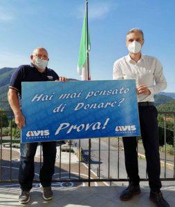 Il presidente dell'Avis di Podenzana, Enzo Spinatelli (a sinistra), con il sindaco del comune Marco Pinelli