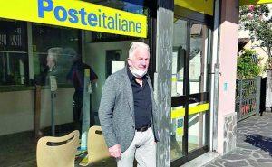 Il sindaco di Licciana, Renzo Martelloni, di fronte ad un ufficio postale del Comune.
