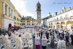 La platea con i sacerdoti, le autorità e i fedeli in piazza della Repubblica (Foto Massari)