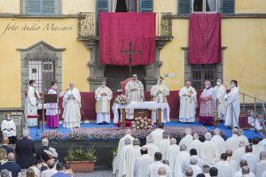 Il saluto del Vescovo Giovanni nella celebrazione in onore della Madonna del Popolo in piazza della Repubblica (Foto Massari)