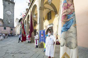 Le rappresentanze delle Confraternite delle parrocchie cittadine (foto Massari)