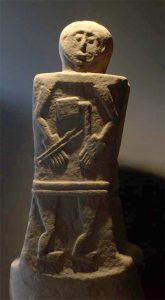 La copia della statua stele Filetto II proprietà degli eredi di Luigi Bocconi che nel 1907 la acquisto per 5 scudi d'argento