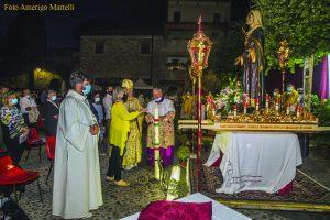 L'accensione del cero durante il Pontificale in piazza Castello