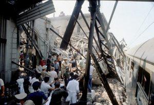 I primi soccorsi nella stazione di Bologna pochi minuti dopo lo scoppio della bomba