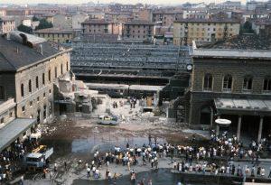 La sala d'aspetto della stazione di Bologna dopo la rimozione delle macerie