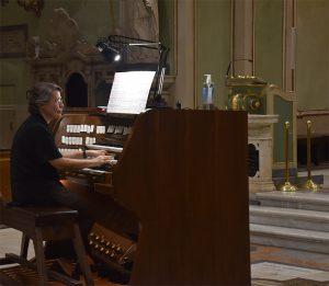 Giulia Biagetti impegnata nel concerto nel Duomo di Pontremoli