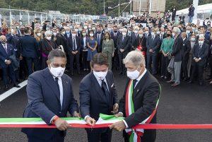 Il presidente del Consiglio Giuseppe Conte al taglio del nastro con il presidente della Liguria, Toti, e il sindaco di Genova, Bucci
