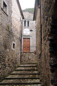 Nel centro di Aiola la stretta via interna che conduce alla chiesa