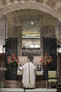 Papa Francesco celebra la S. Messa alla tomba di San Francesco il 3 ottobre