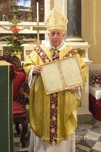 Mons. Alberto Silvani e l'omaggio ricevuto dalla comunità parrocchiale di Virgoletta