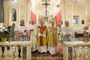 Mons. Silvani con il Vescovo Giovanni e i concelebranti don Antonio Costantino Pietrocola, il parroco don Giovanni Barbieri e (primo da dx) don Pietro Giglio