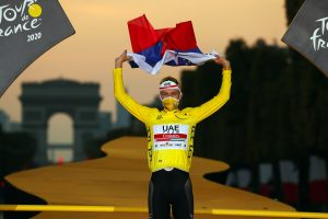 Tadej Pogacar festeggia la vittoria al Tour 2020 sul podio di Parigi