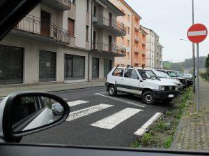 L'incrocio tra via Lunigiana e via Sismondo, uno stop particolarmente pericoloso per la scarsa visibilità