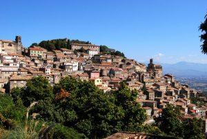 Un suggestivo panorama del piccolo paesino di Patrica, nel Lazio. Uno dei tanti comuni che ha deciso di mettere in vendita ad un prezzo simbolico gli edifici abbandonati