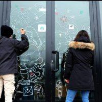 """Gli studenti del """"Belmesseri"""" hanno decorato le vetrine dei negozi di Villafranca"""